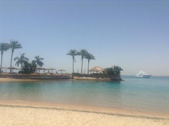 Hurghada Marriott Beach Resort : adorable plage et l'ile. On peut se baigner des 2 cotés