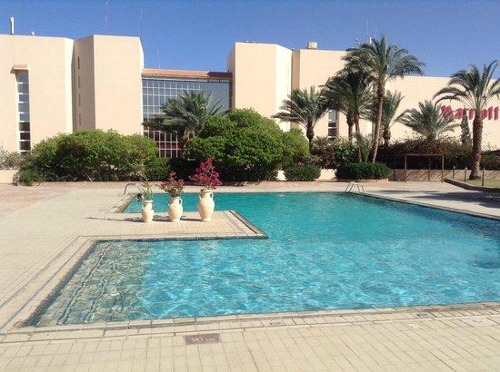 Hurghada Marriott Beach Resort : Piscine devant le centre de remise en forme (gymn, sauna, hamman etc).