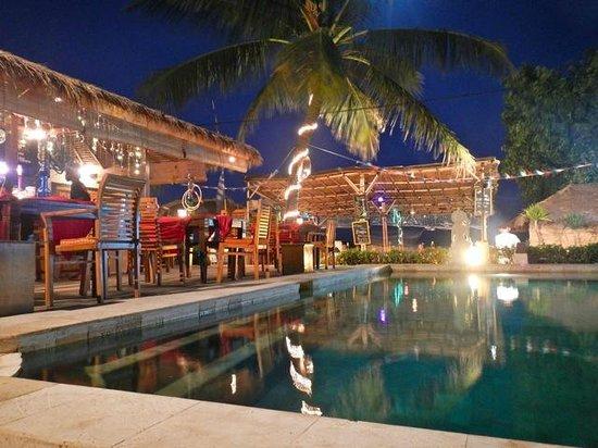 Pesona Beach Resort & Spa: restaurant/bar & pool