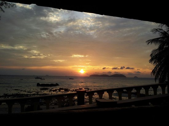 Salang Beach Resort: Gorgeous sunset from my seaview room.