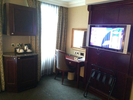 Shaftesbury Metropolis London Hyde Park: Nicely equipped room