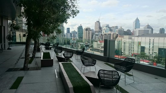 Novotel Bangkok Platinum Pratunam: chill out place, next to the pool