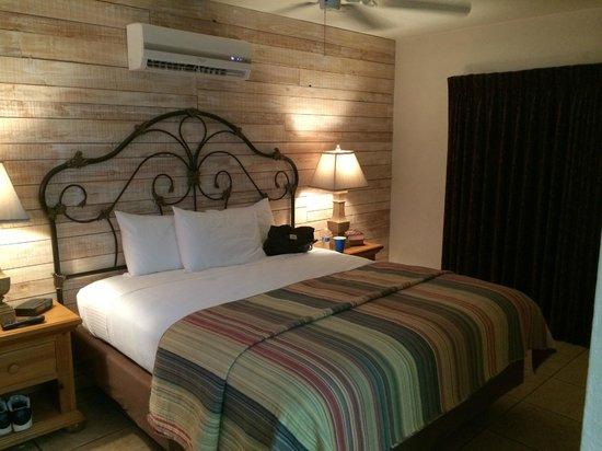 Hotel California: Poolside room