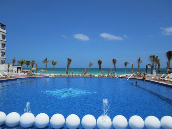 Grand Residences Riviera Cancun : Beautiful infinity pool to looking to beach