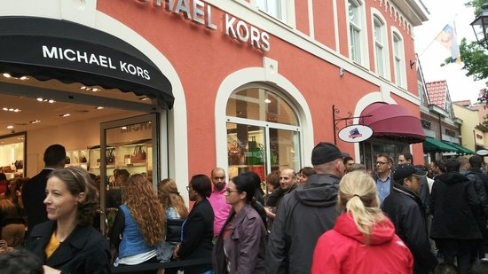 Designer Outlet Roermond : Crowds.. every store