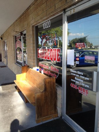 Sully's Smokehouse: Pew out front