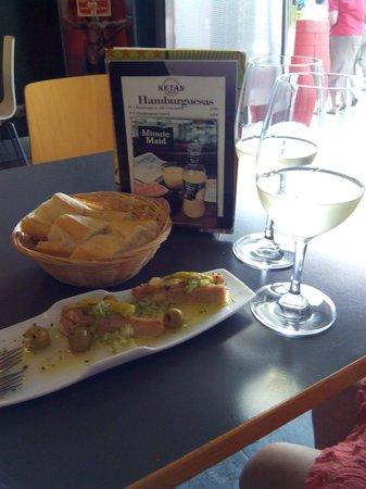 Café Ketan Bar : Pintxo de atún, regado con aceite de oliva virgen extra, aceitunas y guindillas.