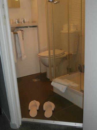 Kyriad Paris 10 - Gare Du Nord : badkamertje met douche