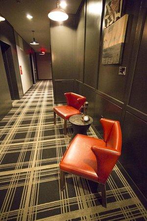 Refinery Hotel: Hallway by elevators