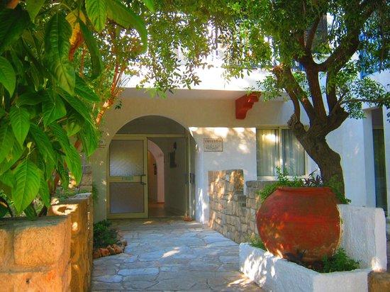 Paphos Gardens Holiday Resort: Вход в мой корпус