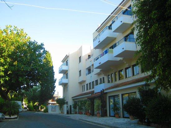 Paphos Gardens Holiday Resort: Вид от моего корпуса на отель