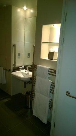 Crowne Plaza Hotel London Ealing: Łazienka: bardzo przestronna. Czysta, bez śladów zaniedbań.