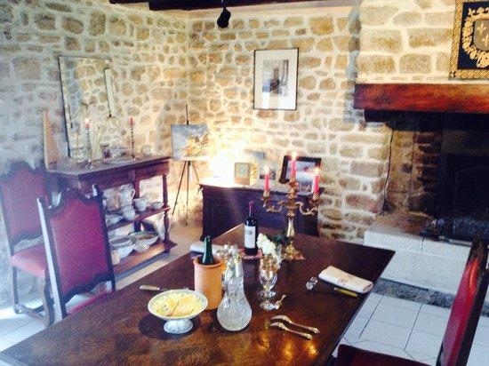 Gezellige eetkamer (andere hoek) - Foto van Aux Fees Des Greves, Roz ...