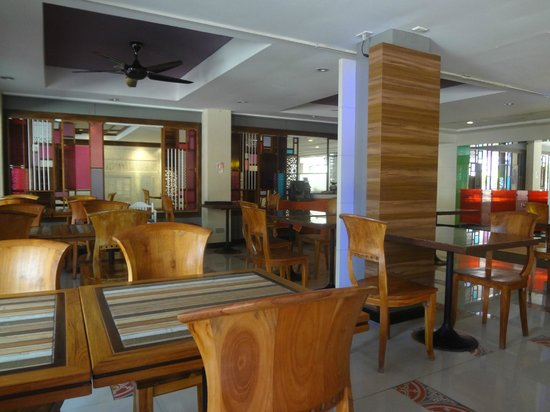 Patong Beach Hotel: Main restaurant
