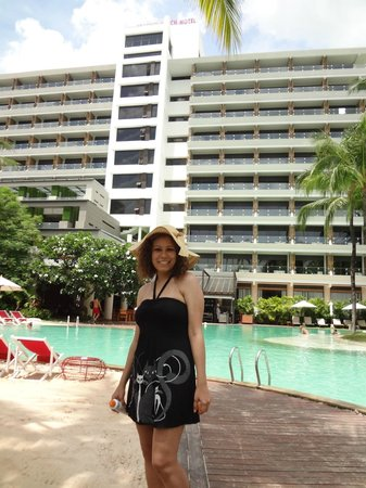 Patong Beach Hotel: Main building & main pool