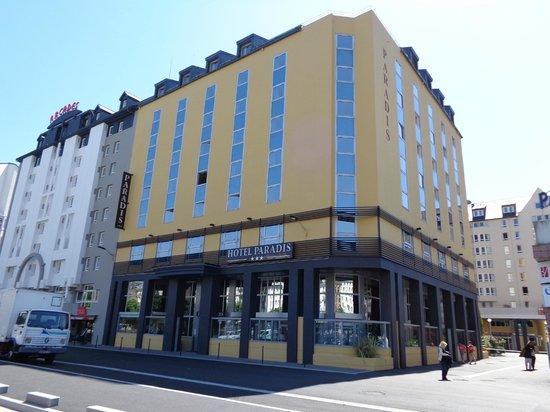 Hotel Paradis: la facade le long de la rivière