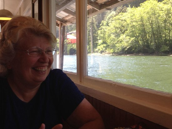 Jamie's Dockside Diner at Taylor's Landing: The tables are right at water level. A great view to enjoy your meal with