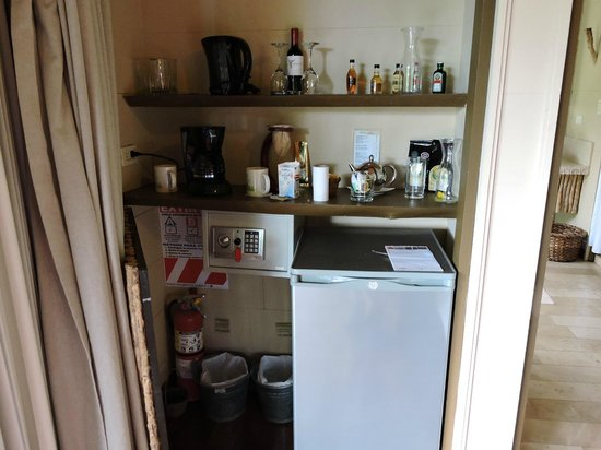 El Silencio Lodge & Spa : Minibar fridge and coffee maker