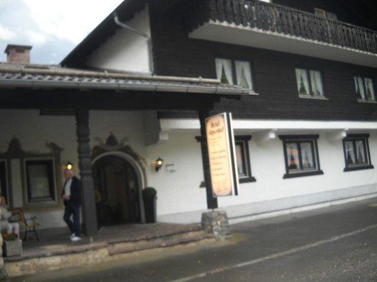 Hotel Alpenhof: Front of the hotel