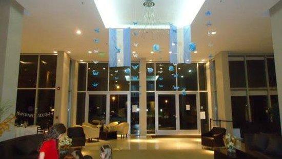 Howard Johnson Hotel  Ramallo: Decoracion del salon en fista patria