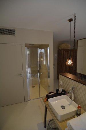 Pont Levis Hotel - Franck PUTELAT: habitacion vista de la zona de ducha