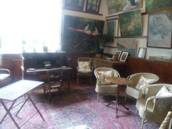 Maison et jardins de Claude Monet : Atelier con los sillones originales. Las pinturas son todas reproducciones.