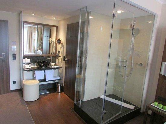 Banheiro sem paredes e com box de vidro visto do quarto  Foto de Fleming -> Banheiro Pequeno De Vidro Dentro Do Quarto