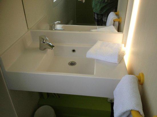 HotelF1 Paris Porte de Chatillon: Wash basin inside the room