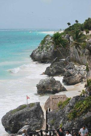 Tulum Avenue: Nice  beach borders ruins!