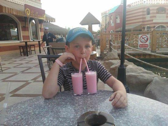 Aqua Blu Sharm: thirsty child