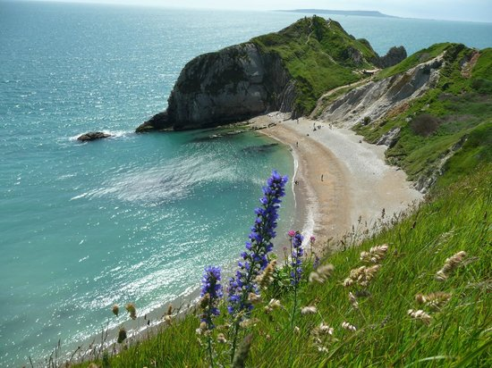 Lulworth Cove and Durdle Door : Approaching Durdle Door along the cliff path