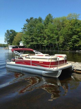 Pier 100 Cottage Resort : Beneton Pontoon Boat for Rent