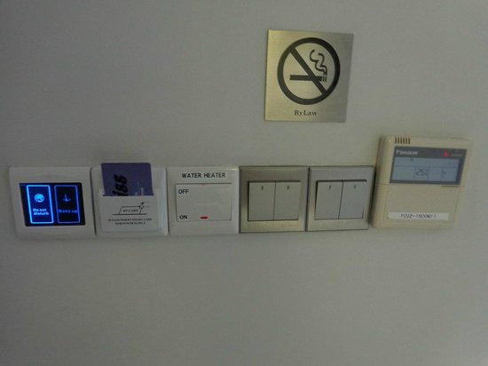 Bliss Hotel Singapore: Lots of switches