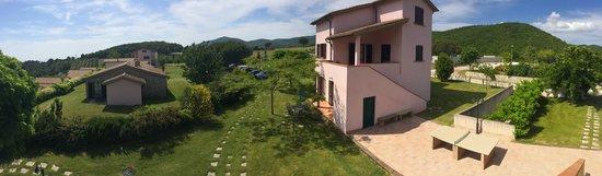 Riparbella, Ý: Vista da terrazzo di palazzina con appartamenti e camere