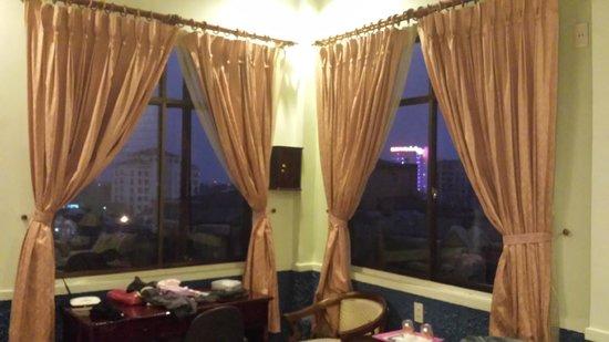 Sunny B Hotel: Large Windows