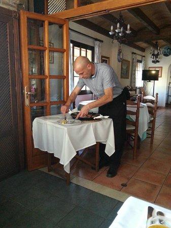 Restaurante Grill Manolo's: Gino dividing the paella