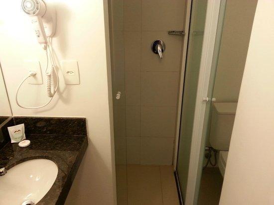 Hotel Express Vieiralves: Banheiro novo e limpo!