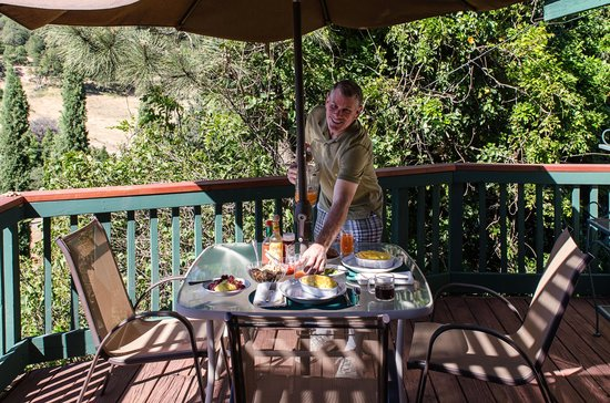 Eaglenest Bed and Breakfast : Jim, our awsome chef and host serving breakfast on the deck
