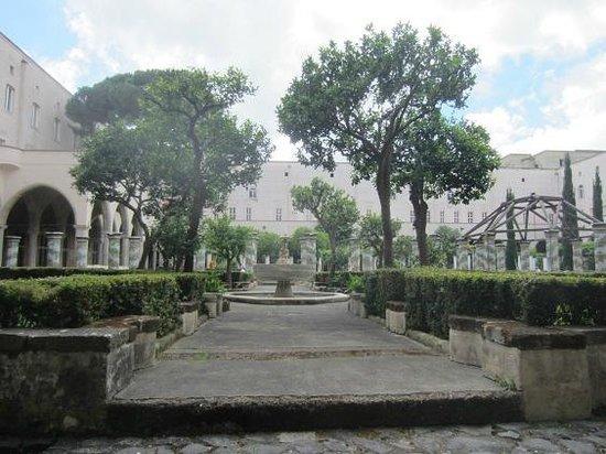 Complesso Museale di Santa Chiara : cour intérieure du cloitre
