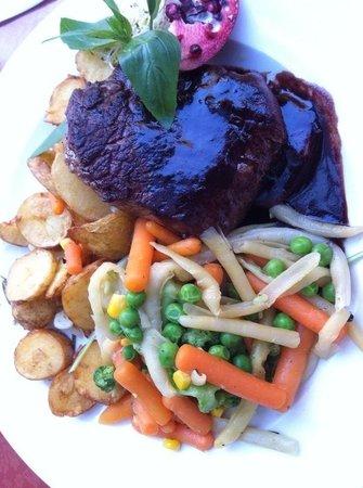 Nova Resto Bar: Biedstuk met rode wijn saus, gestoomde groente en aardappeltjes