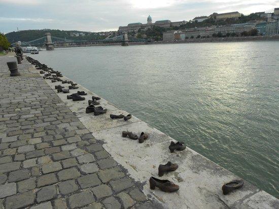 Shoes on the Danube Bank: MALECÓN DE LOS ZAPATOS Y CASTILLO DE BUDAPEST