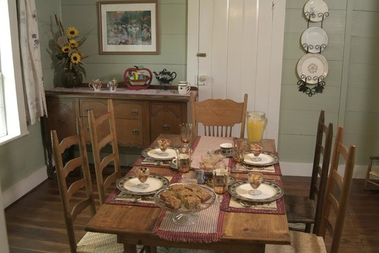 The Rockford Inn Bed and Breakfast : Dining Table
