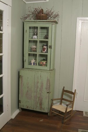 The Rockford Inn Bed and Breakfast : Antique cabinet