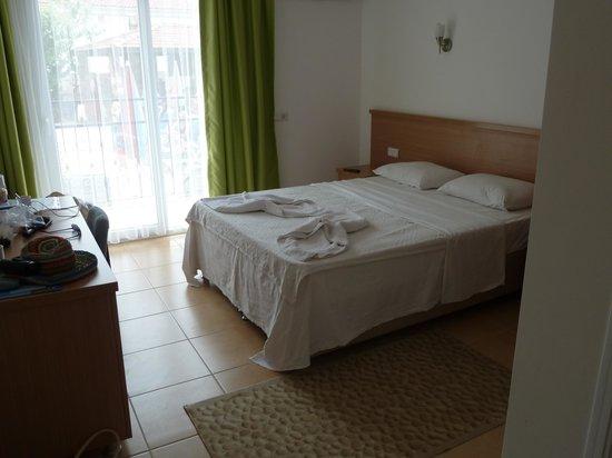 Taner Hotel : Bedroom with balcony