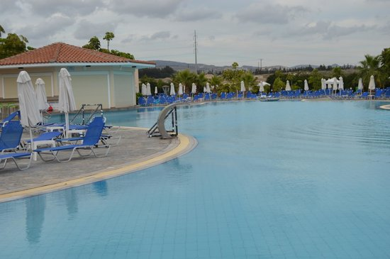 Avanti Holiday Village: Main pool area in early evening, bar to left hand side