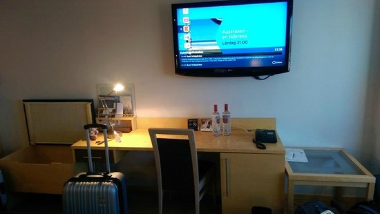 Gothia Towers: desk in room
