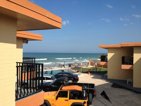 Grand Prix Motel: Room of the ocean and beach from our 2nd floor balcony