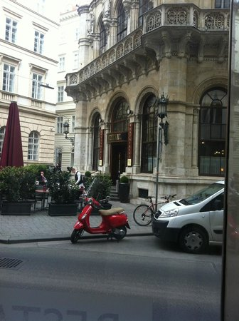 Radisson Blu Style Hotel, Vienna: Having breakfast while looking at Cafe Central