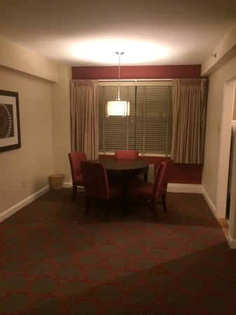 Virginian Suites Arlington: Living room