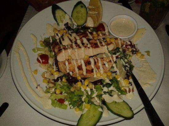 Tower House : классический салат Цезарь с курицей